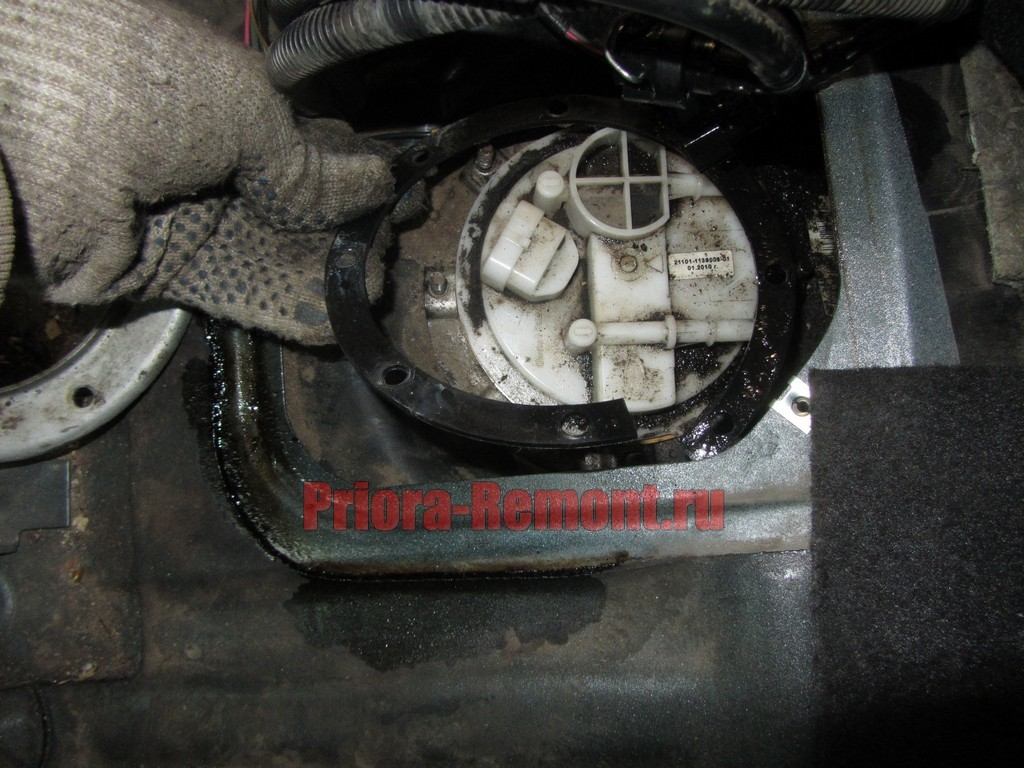 демонтаж уплотнительного кольца на Приоре бензонасоса