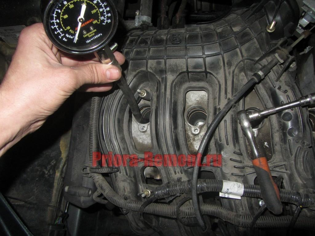 закрутить штуцер компрессометра в свечное отверстие приоры