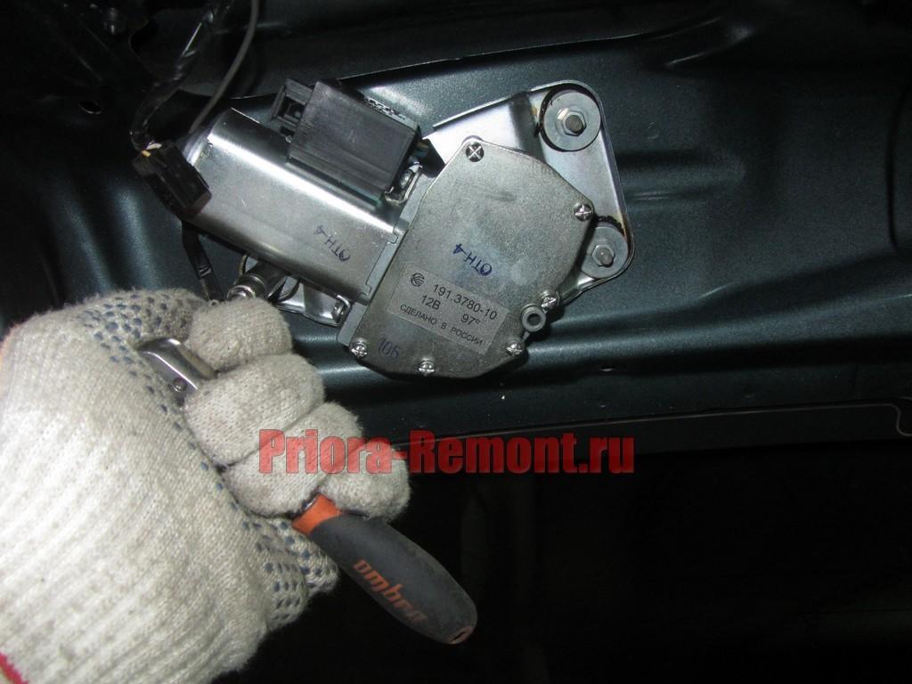 как открутить мотор заднего дворника на Приоре хэтчбек или универсал