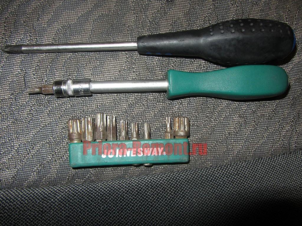 инструмент для снятия плафона освещения салона на Приоре