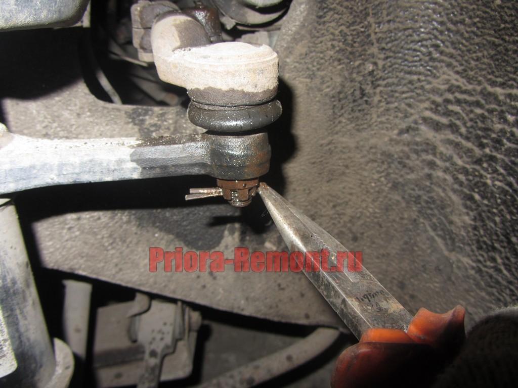 вытащить шплинт из пальца рулевого наконечника на Приоре