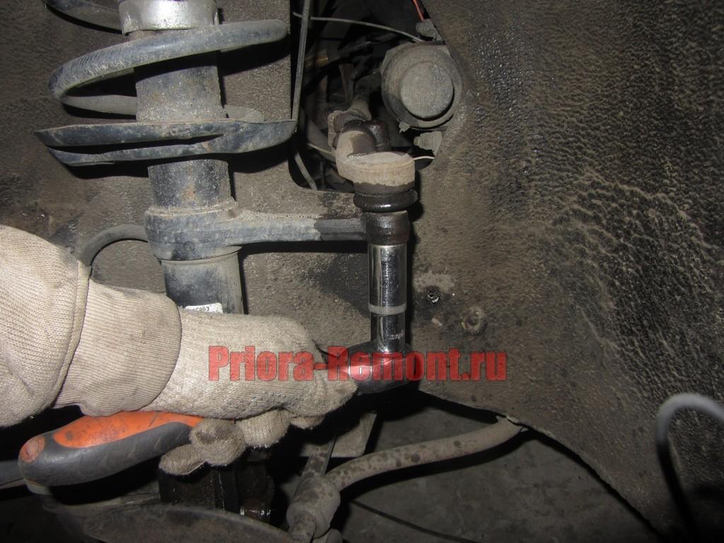 открутить гайку крепления наконечника рулевой тяги на Приоре