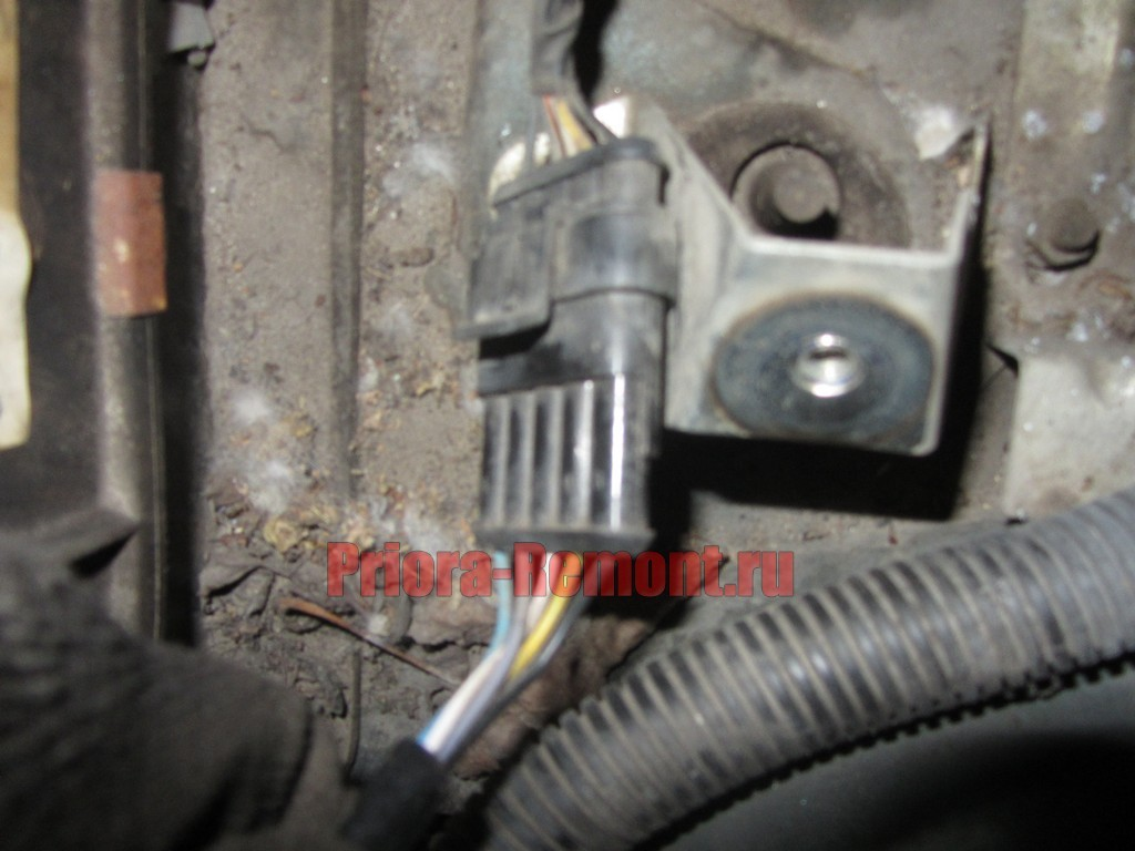 отсоединить штекер питания от мотора стеклоочистителя на Приоре