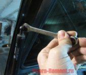 открутить газовый упор от крышки багажника на Приоре
