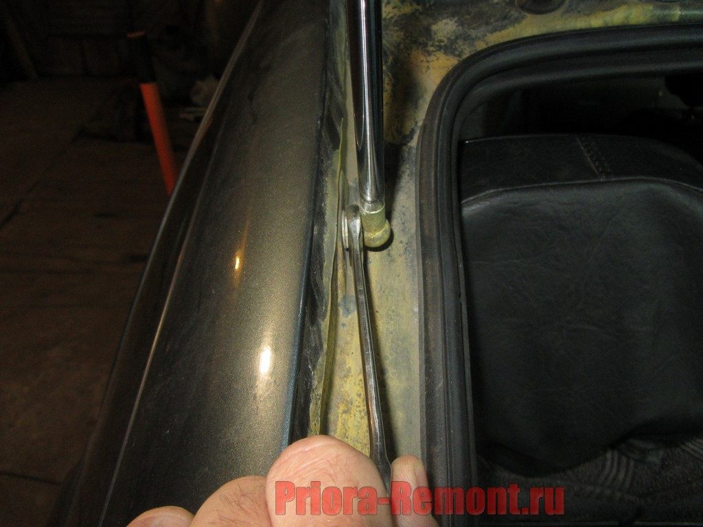 замена газовых упоров крышки багажника на Приоре