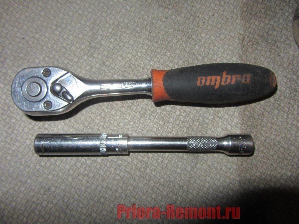инструмент для замены сабли крышки багажника на Приоре