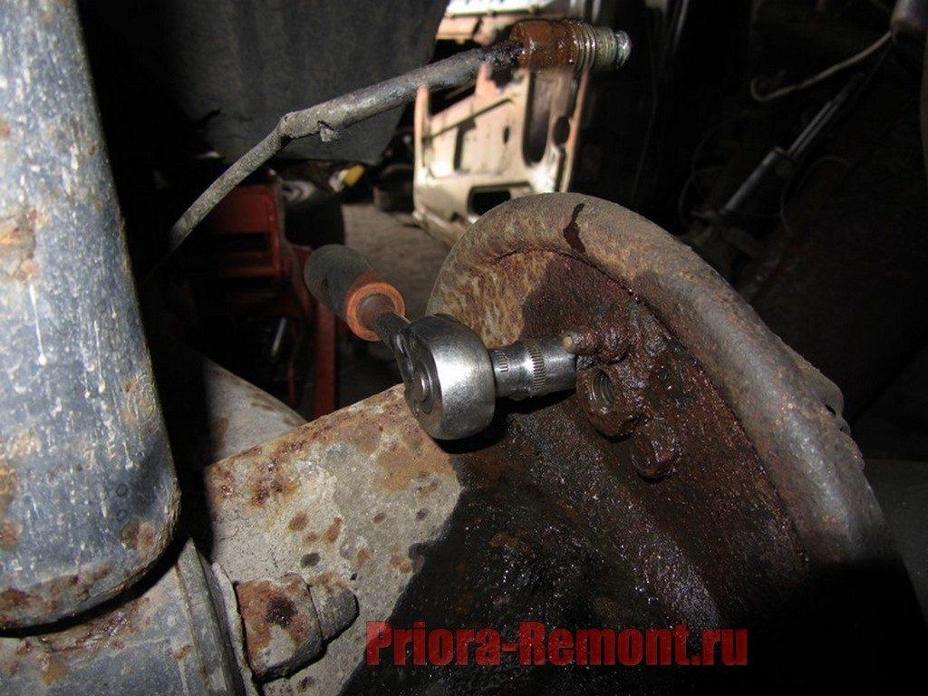 открутить задний тормозной цилиндр на Приоре