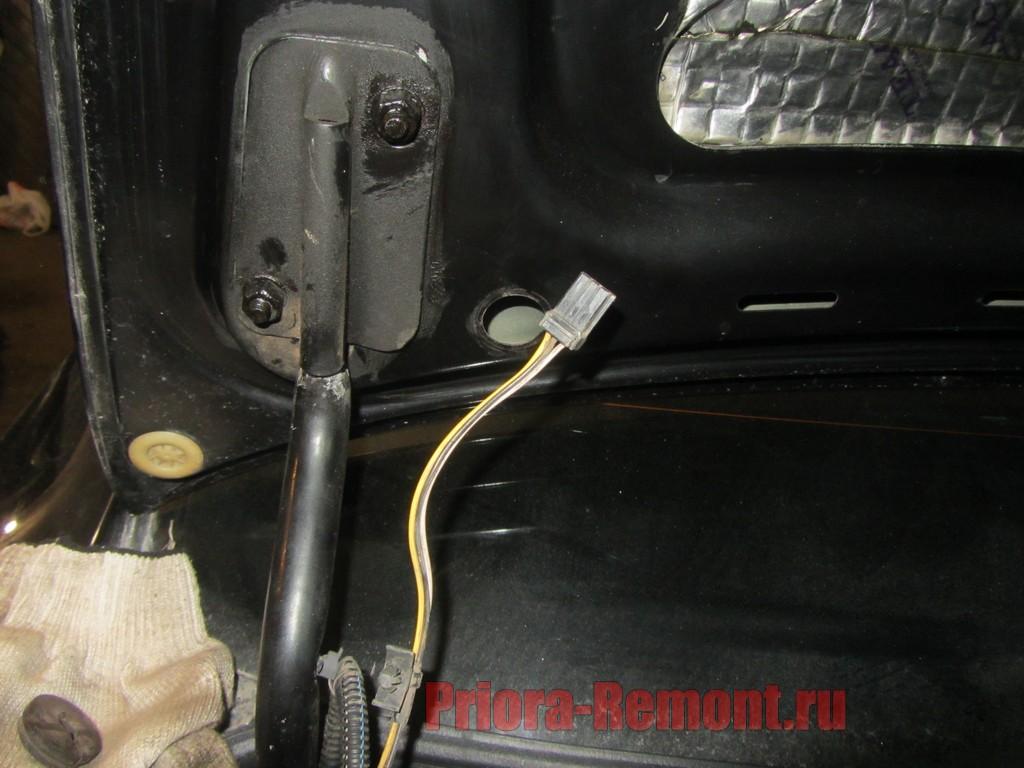 как вытащить провод из крышки багажника на Приоре Седан