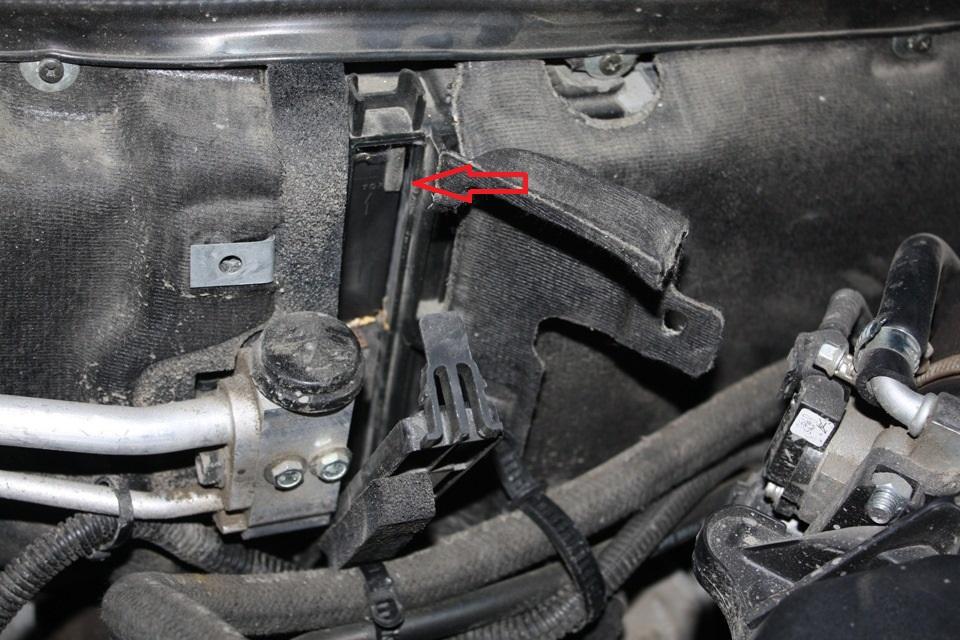 где находится салонный фильтр на автомобилях Лада Приора с кондиционером